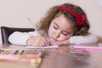 Портрет сфокусированной маленькой девочки — стоковое фото