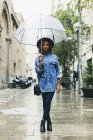 Mulher em pé com guarda-chuva na rua — Fotografia de Stock