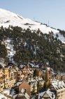 Espanha, Catalunha, Baqueira, estação de esqui durante o dia — Fotografia de Stock