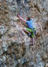 Malta, Laguna Blu, giovane arrampicatore maschile sulla scogliera — Foto stock