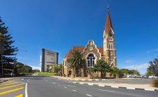 Namibie, Windhoek, Christ church et le Musée commémoratif de l'indépendance en arrière-plan — Photo de stock