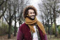 Ritratto di uomo sorridente con riccioli tinti in natura — Foto stock