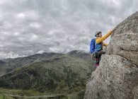Regno Unito, Lake District, Great Langdale, donna che si arrampica su Pike of Stickle — Foto stock