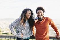 Ritratto di giovane coppia felice all'aperto — Foto stock