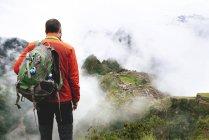 Peru, Machu Picchu Region, Mann, Blick auf die Zitadelle von Machu Picchu und Huayna Berg — Stockfoto