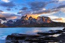Alba di Cile, Parco nazionale di Torres del Paine, al lago Pehoe — Foto stock
