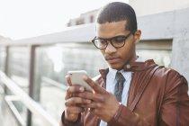 Businessman using smartphone — Stock Photo