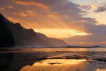 États-Unis, Hawaï, Hanalei, coucher de soleil à Kee Beach et vue sur la côte de Na Pali — Photo de stock
