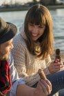 Coppie che hanno picnic in riva al fiume — Foto stock