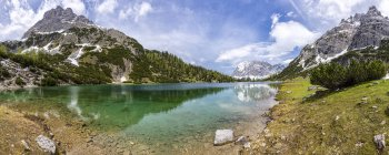 Austria, Tirol, Ehrwald, Seebensee con las montañas Wetterstein, Plattspitzen. - foto de stock