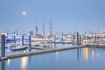Germania, Amburgo, Elbpromanade a Niederhafen con luna piena — Foto stock
