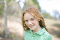 Ritratto della ragazza sorridente con i capelli rossi e le lentiggini — Foto stock