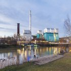 Deutschland, Stuttgart, KWK-Anlage am Fluss Neckar in der Abenddämmerung — Stockfoto