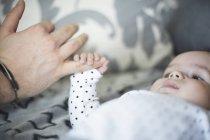 Крупный холдинг палец отца ребенка — стоковое фото