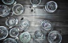 Вид сверху на пустые бокалы вина на дереве — стоковое фото