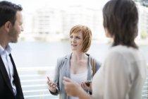 Geschäftskollegen Treffen außerhalb des Büros — Stockfoto