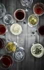 Glasses of red and white wine on wood — Stock Photo
