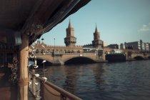 Alemania, Berlín, barco en el río Spree en el día - foto de stock