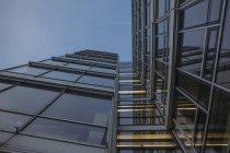 Germania, Monaco di Baviera, vetro facciata dell'edificio amministrativo al crepuscolo serale — Foto stock
