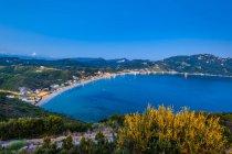 Vista panorâmica da Baía de Agios Georgios noite, Corfu, Grécia — Fotografia de Stock