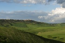 Pienza no fundo da paisagem ondulante, Val d 'Orcia, Toscana, Itália — Fotografia de Stock