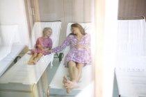 Мати і дочка розслабляючий спа-ліжка, на — стокове фото