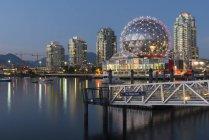 Canadá, Columbia Británica, Vancouver, False Creek con el mundo de la ciencia al atardecer - foto de stock