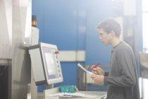 Técnico en la escritura de fábrica en papel - foto de stock
