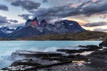 Chili, Parc national Torres del Paine, lever du soleil au lac Pehoe — Photo de stock