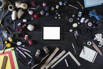 Disposición de materiales de arte, herramientas y tableta digital en madera negra - foto de stock