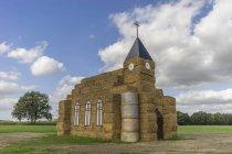 Німеччина, Людвіґслуст Parchim, церква зроблені з гей тюків для свято врожаю — стокове фото