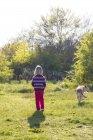 Menina cão ambulante — Fotografia de Stock