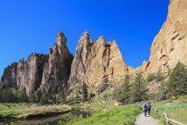 EUA, Oregon, Condado de Deschutes, Smith Rock State Park em Crooked River, trilha com caminhantes em Smith Rock — Fotografia de Stock