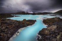 Живописный вид на Голубую лагуну под пасмурным небом, Исландия — стоковое фото