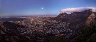 Südafrika, kapstadt, panoramablick auf kapstadt mit signalhügel und tafelberg bei vollmond vom löwenkopf aus gesehen — Stockfoto