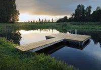 Estónia, plataforma flutuante de madeira pelo lago ao pôr do sol — Fotografia de Stock