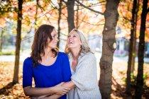 Лесбійську пару, яку обіймає в парку — стокове фото