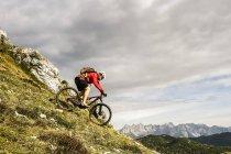 Österreich, Altenmarkt-Zauchensee, junge Mountainbiker fahren bei niedrigen Tauern — Stockfoto