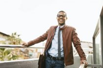 Hombre de negocios riendo con chaqueta de cuero - foto de stock