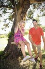 Pai brincando com a filha no balanço da corda — Fotografia de Stock