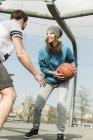 Пара грають кошик м'яч на відкритому повітрі — стокове фото