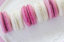 Linha de cocos e blackberry macarons — Fotografia de Stock