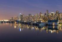 Kanada, British Columbia, Vancouver, Skyline in der Abenddämmerung vom Stanley Park aus gesehen — Stockfoto