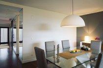Современные меблированные столовая в помещении — стоковое фото