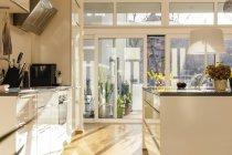 Сучасні відкритого планування кухні в приміщенні — стокове фото