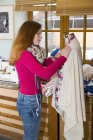 Adolescente do sexo feminino trabalhando na forma de vestido em uma oficina — Fotografia de Stock