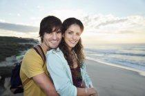 Couple, embrasser sur la plage au lever du soleil — Photo de stock