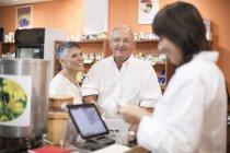 Старший пара оплати в магазин здоров'я — стокове фото