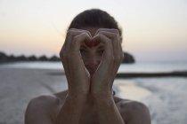 Прийняття серце жест жінка з руки на Мальдівах пляж — стокове фото