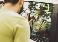 Mädchen im Auto Blick auf Vater hinter Fensterscheibe — Stockfoto